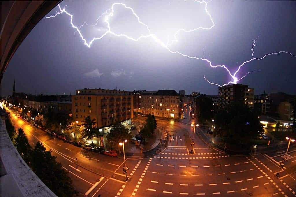 Foto di un fulmine che colpisce il tetto di un palazzo